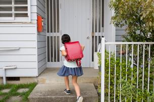 家に帰ってきたランドセルを背負った小学生の女の子の写真素材 [FYI01796836]