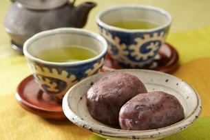 おはぎと緑茶の写真素材 [FYI01796857]
