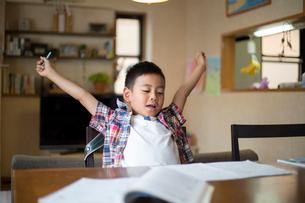リビングで宿題をする小学生の男の子の写真素材 [FYI01796876]