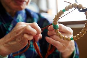 数珠職人の手元の写真素材 [FYI01796898]