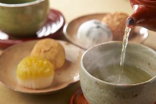 日本茶と大福の写真素材 [FYI01796946]