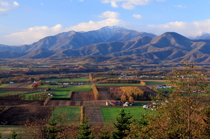 嵐山展望台から望む芽室岳と十勝平野の写真素材 [FYI01796969]