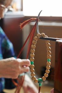 数珠職人の手元の写真素材 [FYI01796976]