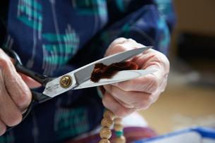 数珠職人の手元の写真素材 [FYI01796978]