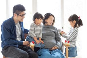 団らんする家族の写真素材 [FYI01796998]