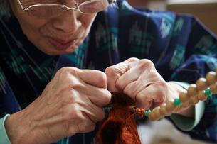 数珠職人の手元の写真素材 [FYI01797047]