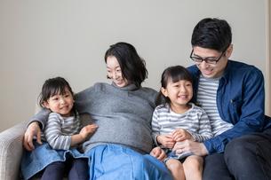 ソファーで団らんする家族の写真素材 [FYI01797073]