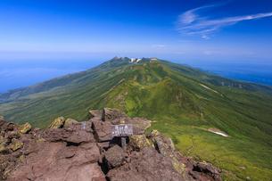 羅臼岳山頂より望むサシルイ岳の写真素材 [FYI01797110]