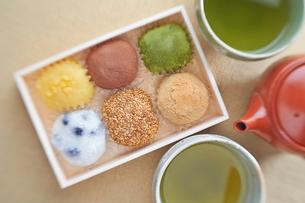 大福折り詰めと日本茶の写真素材 [FYI01797134]