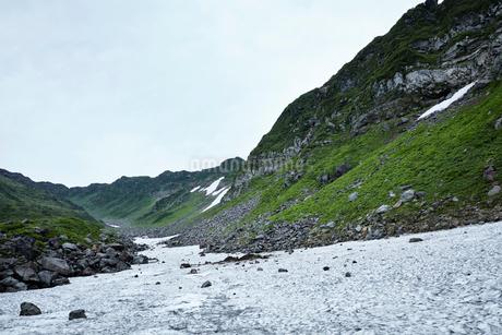 鳥海山の雪渓の写真素材 [FYI01797209]
