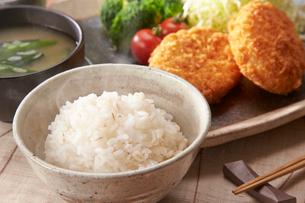 麦ご飯とコロッケの写真素材 [FYI01797213]