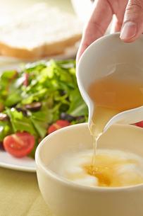 ベビーリーフのサラダとヨーグルトの写真素材 [FYI01797235]