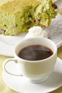 コーヒーとよもぎと小豆のシフォンケーキの写真素材 [FYI01797246]