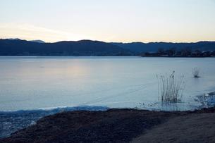 冬の諏訪湖の写真素材 [FYI01797260]