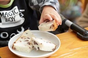 パンを手で持つ男の子の写真素材 [FYI01797269]