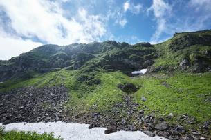 青空に映える鳥海山の写真素材 [FYI01797333]