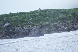 霧が霞んで幻想的な鳥海山風景の写真素材 [FYI01797347]