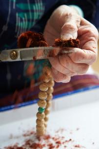 数珠職人の手元の写真素材 [FYI01797358]
