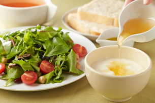 ベビーリーフのサラダとヨーグルトの写真素材 [FYI01797362]