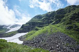 青空に映える鳥海山の写真素材 [FYI01797366]