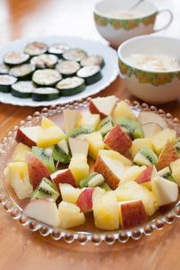 フルーツサラダとズッキーニのソテーの写真素材 [FYI01797371]