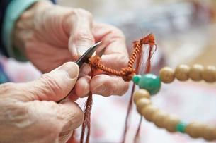 数珠職人の手元の写真素材 [FYI01797382]