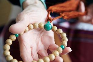 数珠職人の手元の写真素材 [FYI01797439]