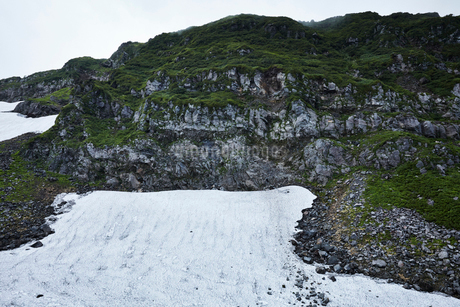 鳥海山の雪渓の写真素材 [FYI01797518]