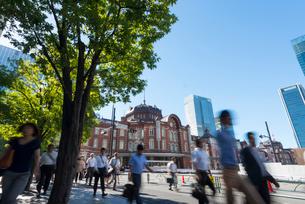 東京駅周辺の通勤風景の写真素材 [FYI01797591]