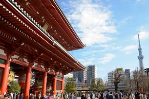 浅草寺宝蔵門とスカイツリーの写真素材 [FYI01797598]