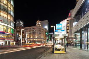 銀座4丁目の夜景の写真素材 [FYI01797599]