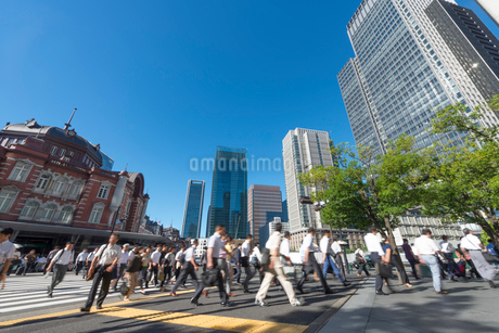 東京駅周辺の通勤風景の写真素材 [FYI01797628]