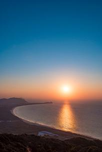 糸島 火山の夕日の写真素材 [FYI01797641]