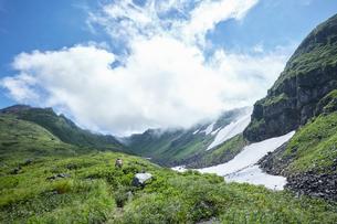 青空に映える鳥海山の写真素材 [FYI01797655]