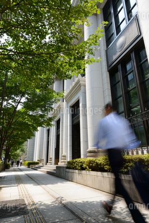 東京,丸の内のオフィス街を行き交うビジネスマンの写真素材 [FYI01797697]