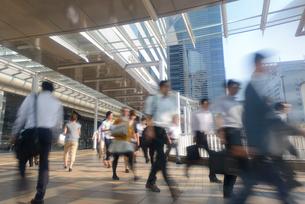 品川駅前の通勤風景の写真素材 [FYI01797734]