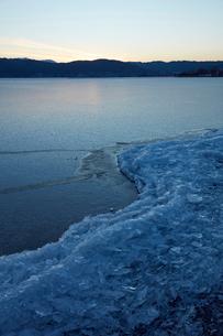 冬の諏訪湖の写真素材 [FYI01797780]