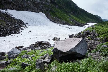 鳥海山の雪渓の写真素材 [FYI01797826]