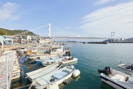 下津井港と瀬戸大橋の写真素材 [FYI01797869]