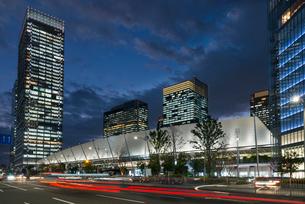 東京駅八重洲口の夜景の写真素材 [FYI01797900]