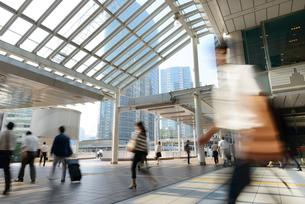 品川駅前の通勤風景の写真素材 [FYI01797960]