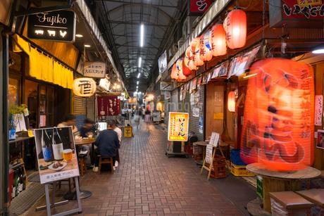 赤羽駅周辺の夕景の写真素材 [FYI01798012]