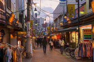 谷中銀座商店街の夕景の写真素材 [FYI01798038]