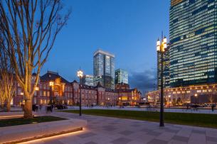 東京駅の夕景の写真素材 [FYI01798158]