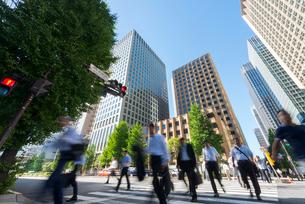 東京丸の内の通勤風景の写真素材 [FYI01798224]