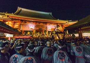 浅草の三社祭の風景の写真素材 [FYI01798250]