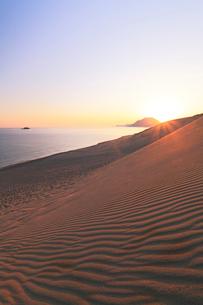 鳥取砂丘より望む日本海と朝日の写真素材 [FYI01798335]