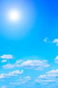 空に雲と太陽の写真素材 [FYI01798342]