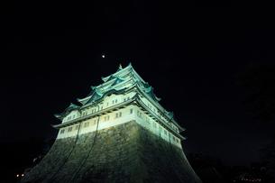春の名古屋城・天守閣のライトアップに月の写真素材 [FYI01798358]