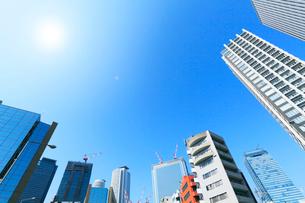 名古屋駅周辺の高層ビルと空に太陽の写真素材 [FYI01798366]